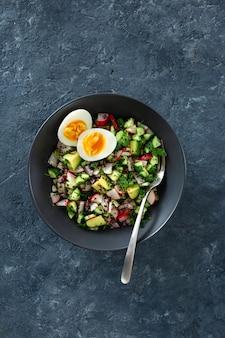 Gezonde brunchsalade met eieren hoogste mening