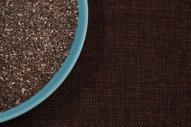 Gezonde chia-zaden in een kom op de tafel close-up. tekstruimte met kopieerruimte voor recept