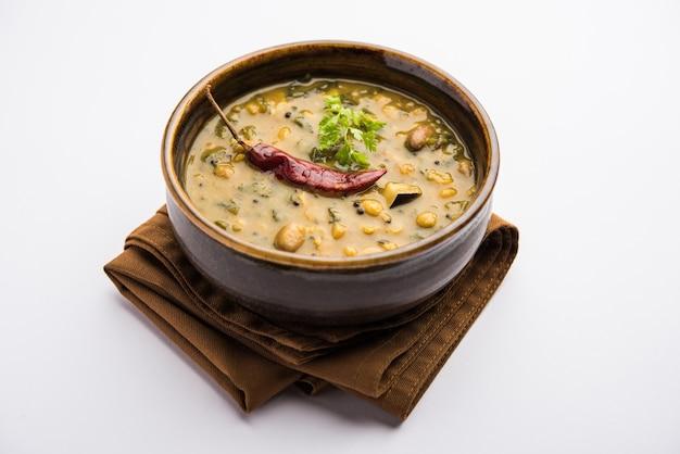 Gezonde dal palak of gele toor spinazie daal recept ook bekend als patal bhaji in india, geserveerd in een kom