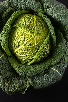 Gezonde de close-up organische groene savooiekool van het voedselconcept vers van de tuin