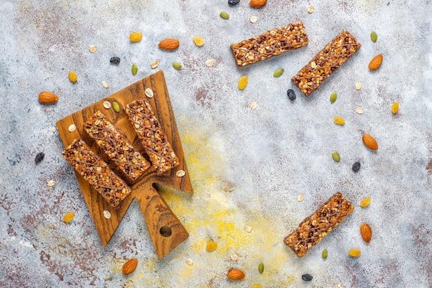 Gezonde delicios mueslirepen met chocolade, mueslirepen met noten en droge vruchten, bovenaanzicht