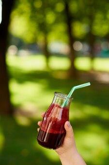 Gezonde detox-drank in de hand dieet en levensstijl