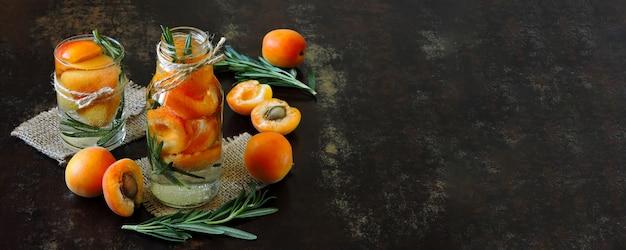 Gezonde detox drinken abrikoos met rozemarijn.