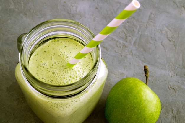 Gezonde detox groene smoothie in een metselaarkruik.