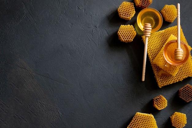 Gezonde dikke honing dompelen van de houten honinglepel, bijenproducten door concept van biologische natuurlijke ingrediënten.