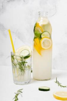 Gezonde drank met citroen en komkommers