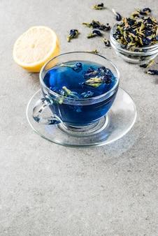 Gezonde dranken, biologische blauwe vlindererwtenbloemthee met limoenen en citroenen