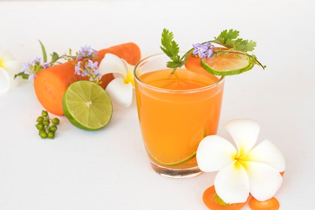 Gezonde dranken gemaakt van wortel en citroen