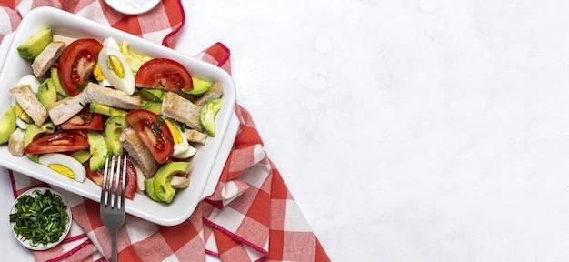 Gezonde ei, kip, avocado en tomatensalade met olijfolie