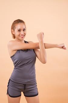 Gezonde en gelukkige aziatische vrouw die zich uitstrekt