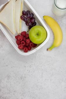 Gezonde en voedzame lunchbox voor schoolkinderen of werk, ontbijt of lunch, snack to go