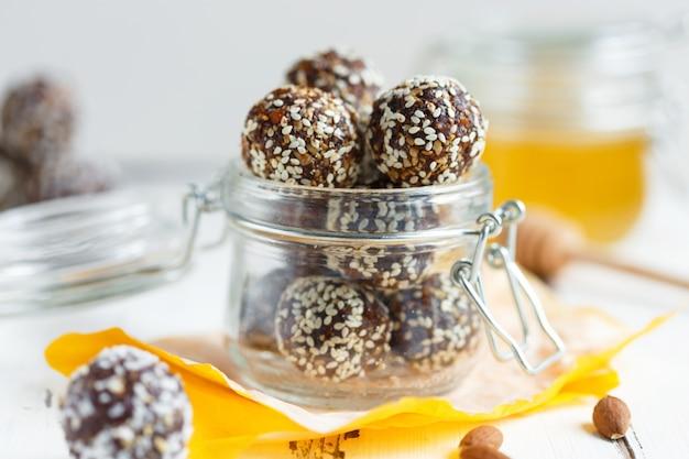 Gezonde energie organische beten met noten, dadels, honing en sesam