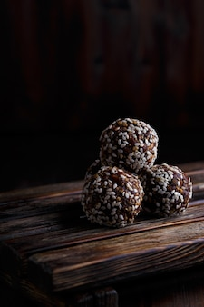 Gezonde energie organische vegetarische beten met noten, dadels, honing en sesam op donker hout