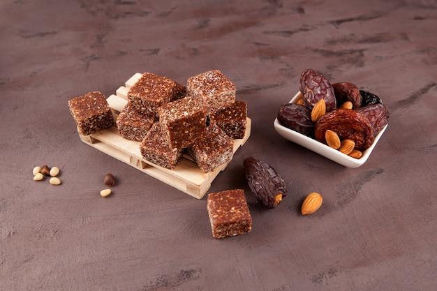 Gezonde energiesnoepjes in de vorm van blokjes op een pallet snoepjes gemaakt van gedroogd fruit