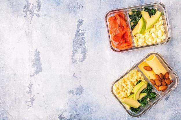 Gezonde evenwichtige lunchbox ketogeen dieet lunch thuisvoedsel voor kantoorconcept