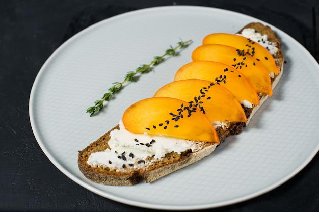 Gezonde evenwichtige voedselsandwich met dadelpruim en zachte kaas