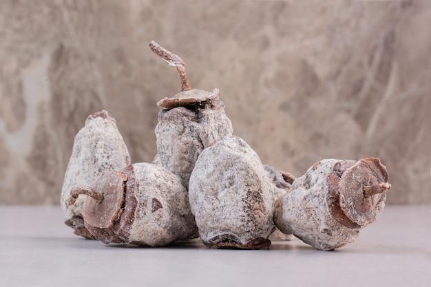 Gezonde gedroogde vruchten op witte achtergrond. hoge kwaliteit foto