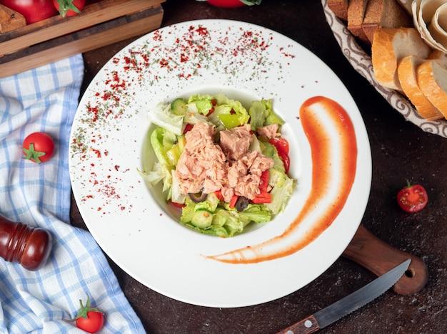 Gezonde gegrilde kip caesar salade met kaas, cherry tomaten en sla