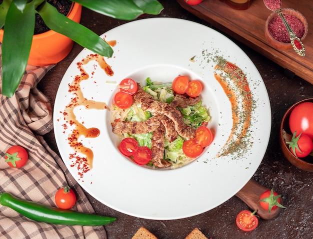 Gezonde gegrilde rundvlees caesar salade met kaas, cherry tomaten en sla