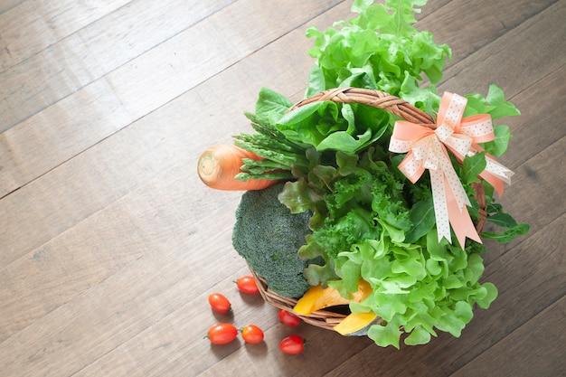 Gezonde geschenkset. groenten in geschenkmand mand