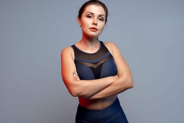 Gezonde geschikte jonge vrouw in sportkleding status
