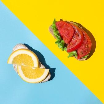 Gezonde gesneden citroenen en tomaten op brood