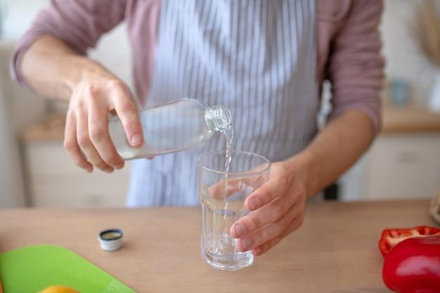 Gezonde gewoonte. een man met een glas schoon water