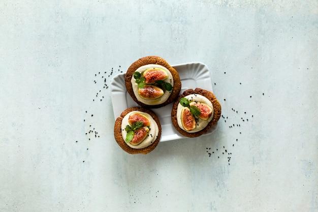 Gezonde glutenvrije veganistische taarten op basis van sesamkoekjes en cashewcrème.