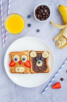 Gezonde grappige gezichtssandwiches voor kinderen. animal gezichten toast
