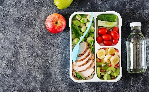 Gezonde groene maaltijd prep containers met groenten en fruit