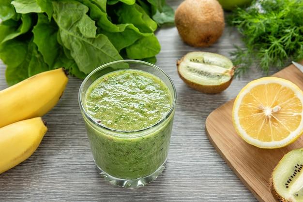 Gezonde groene smoothie gemaakt van fruit, groenten en groenten. Premium Foto