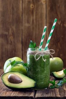 Gezonde groene smoothie met avocado en groene appel