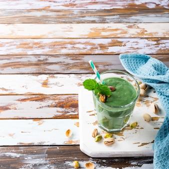Gezonde groene smoothie met munt en pistaches