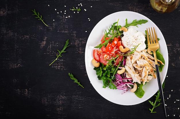 Gezonde groente zomersalade, verse groenten en kipfilet met yoghurtdressing. keto, ketogeen dieet. bovenaanzicht, hierboven, kopieer ruimte