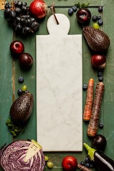 Gezonde groenten en fruit met marmeren bord