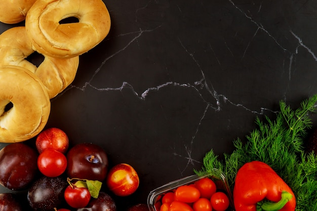 Gezonde groenten en fruit op zwart. dieet of keto-eten.