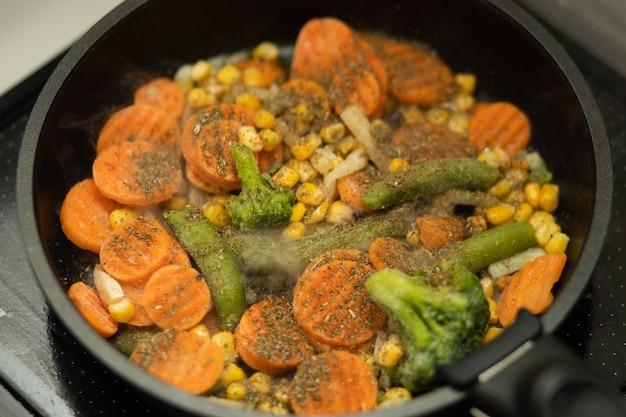 Gezonde groenten op koekenpan