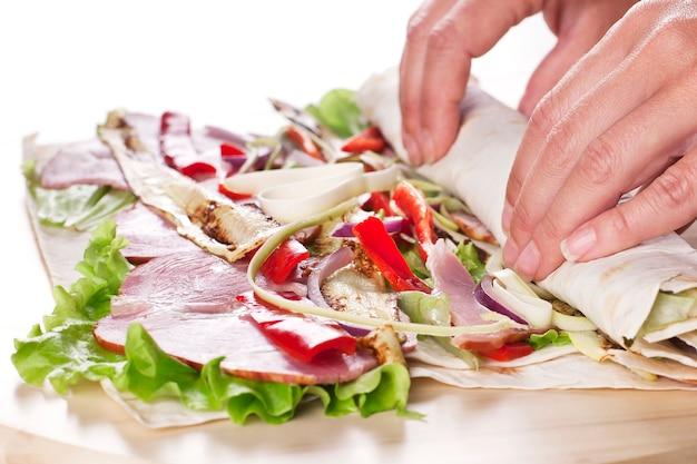 Gezonde groenten salade tortilla wraps met spek