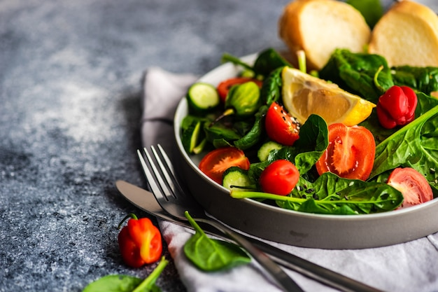 Gezonde groentesalade op rustieke achtergrond met exemplaarruimte