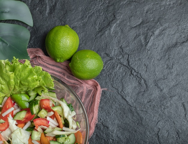 Gezonde groentesalade op zwarte achtergrond. hoge kwaliteit foto