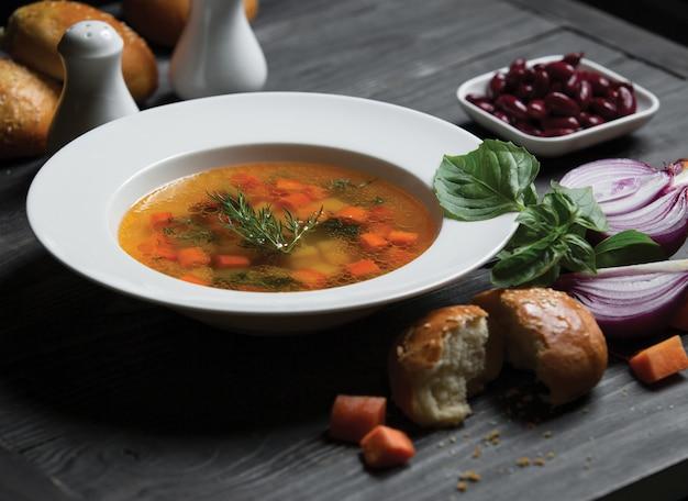 Gezonde groentesoub met wortelen in bouillon