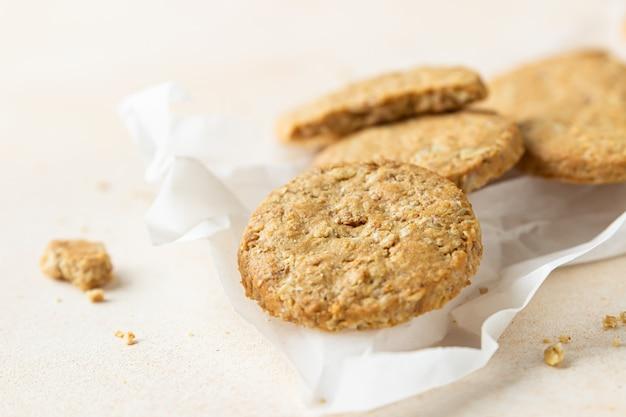 Gezonde havermout- of meergranenkoekjes met zaden en noten op bakpapier
