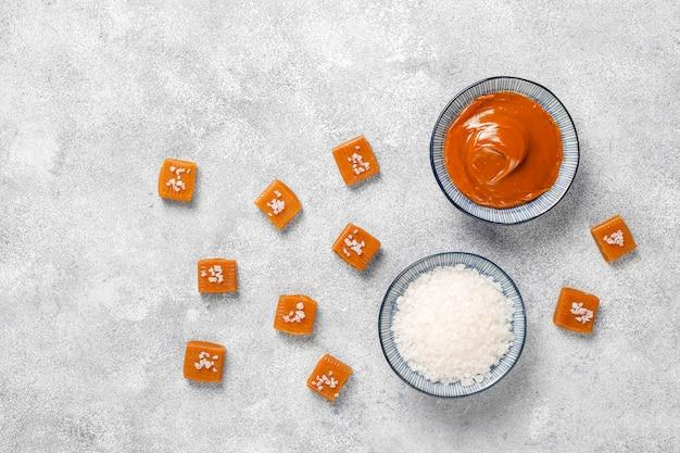 Gezonde heerlijke zelfgemaakte karamel snoep, bovenaanzicht