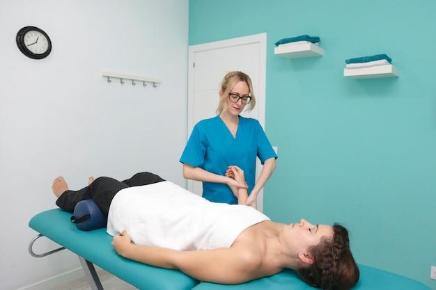 Gezonde hoofd- en lichaamsbehandeling op een kliniek