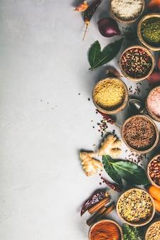 Gezonde ingrediënten en kruiden op rustieke murble achtergrond