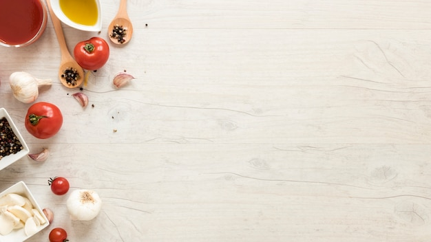 Gezonde ingrediënten op wit houten bureau