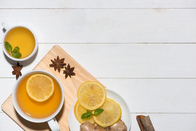 Gezonde ingrediënten voor gemberthee op een houten tafel