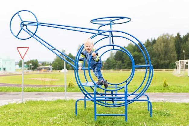 Gezonde jeugd in de stad - kleine jongen op de speelplaats