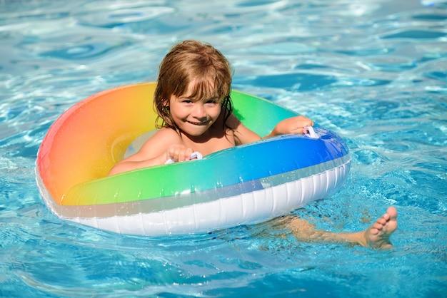 Gezonde kinderen levensstijl schattige grappige kleine peuter jongen in een kleurrijk zwempak en zonnebril rela...