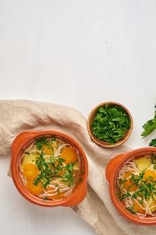 Gezonde kippensoep met groenten en rijstnoedels